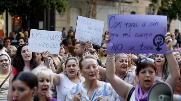 Un grupo de mujeres protesta en la calle por la sentencia de La Manada