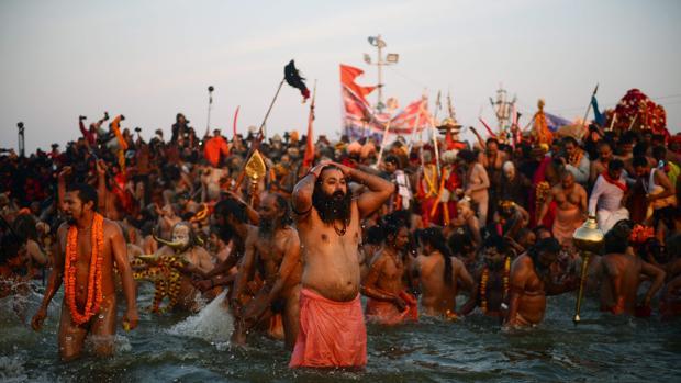 Miles de personas se sumrgen en las aguas de los sagrados ríos durante el Kumbh Mela