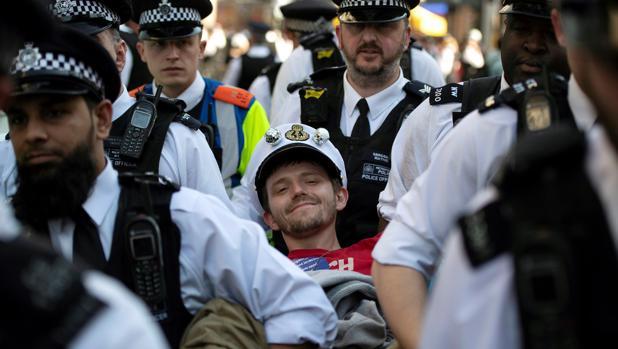 La Policía detiene a un manifestante durante una protesta en Londres