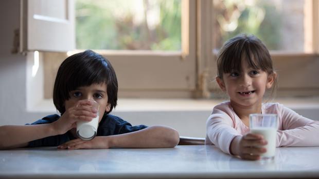 Niños tomando leche