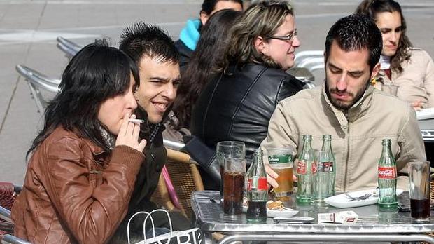 Jóvenes fumando en una terraza