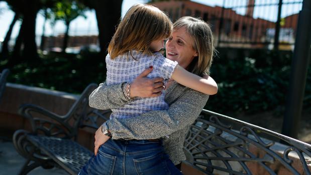 Laura abraza a su hija Ainhoa, afectada de una enfermedad neurológica rara