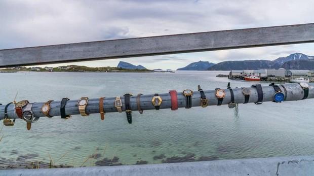 Abandono de relojes en un puente de Sommarøy