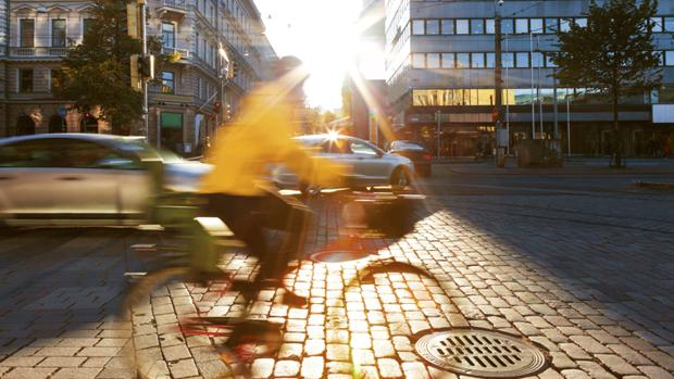 El ciclista con chaleco reflectante ayuda al conductor a estar más atento, ser más prudente y dejar más distancia de seguridad