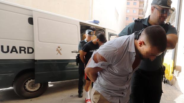 Los cuatro turistas alemanes detenidos por la presunta violación de una joven alemana entran a disposición judicial en los juzgados de Palma