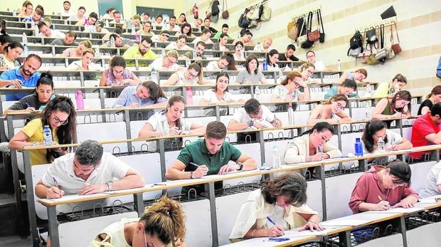 Opositores al cuerpo docente, durante la realización de un examen