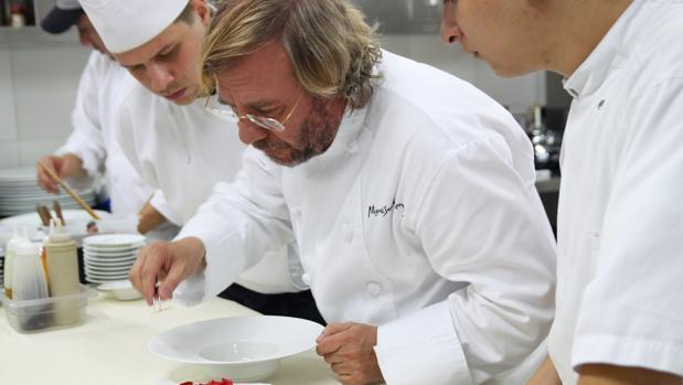 El neurólogo y chef Miquel-Sánchez Romera preparando una de sus creaciones