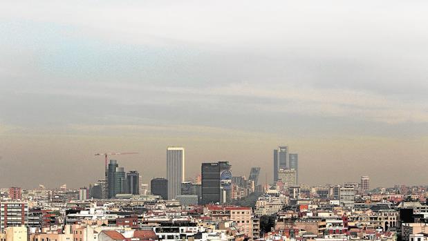 El «skyline» de Madrid se recorta sobre la capa de contaminación que sufre la ciudad