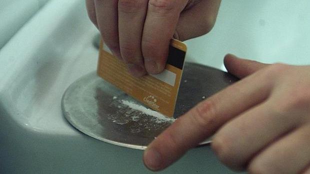 Imagen de archivo de un joven antes de esnifar cocaína