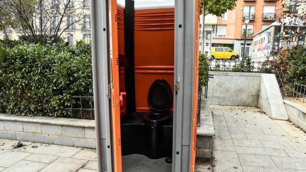 Imagen de archivo de un baño público en la calle
