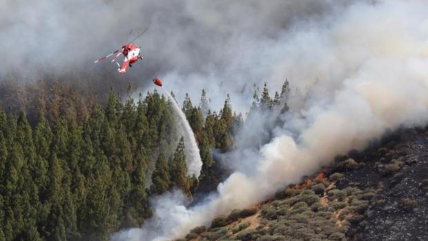 Un helicóptero en el incendio declarado este sábado en la zona de Artenara en el oeste de la isla de Gran Canaria
