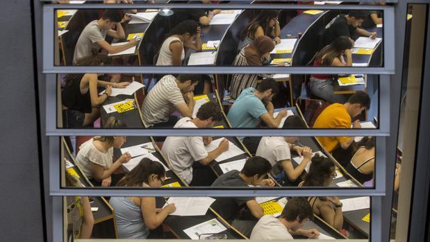 Un grupo de estudiantes durante los exámenes de Selectividad en la Universidad Pompeu Fabra de Barcelona