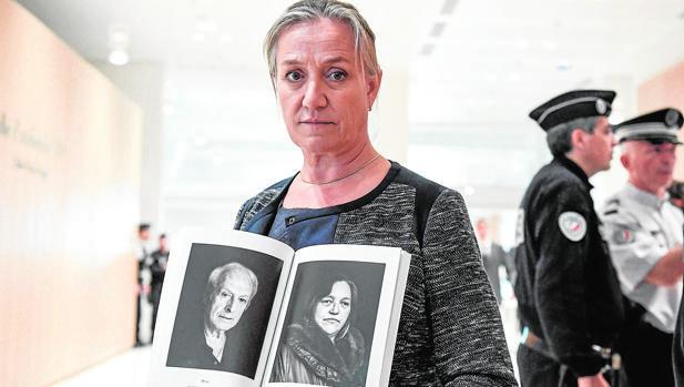 La neumóloga francesa Irene Frachon muestra un fotolibro con retratos de «víctimas» de Mediator. Esta experta declarará en el juicio