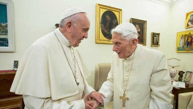 Benedicto XVI y el Papa Francisco, en una imagen de diciembre de 2018