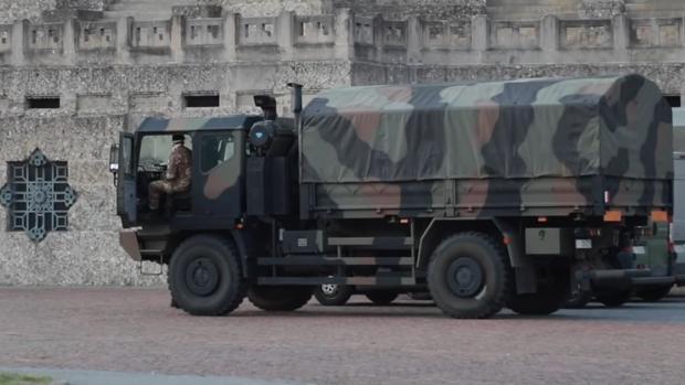 Las imágenes más angustiosas de la epidemia en Italia: caravana de camiones del Ejército con féretros
