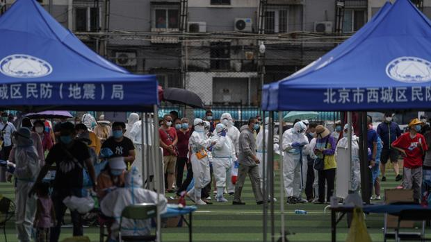 Puestos para realizar test tras el brote surgido en torno al mercado de Xinfadi