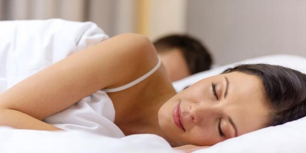No solo el calor tiene la culpa de que durmamos peor en verano: consejos para no sucumbir al insomnio