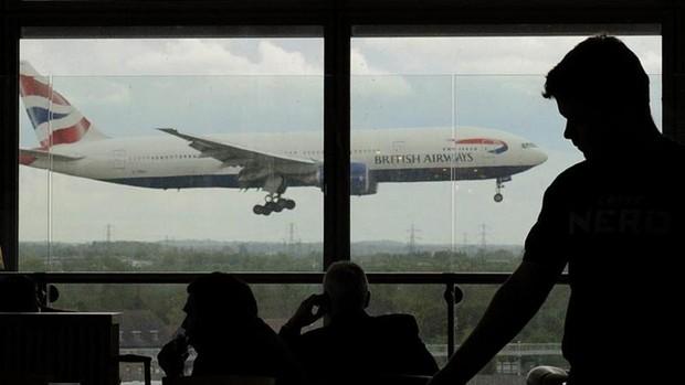 Fotografía de archivo de un avión de la compañía británica 'British Airways' visto desde una ventana de aeropuerto
