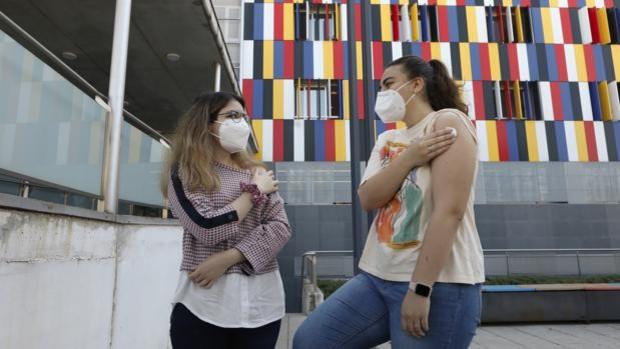 Los efectos secundarios de las vacunas contra el coronavirus en mujeres