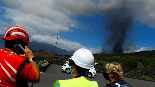 «El volcán puede seguir expulsando lava durante días y llevarse fincas por delante»