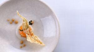 Tartare de calamar con yema de huevo l°quida, consomé de cebolla y kaffir