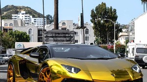 El Lamborghini de oro de Chris Brown