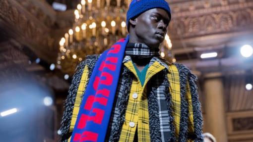 Versace juega con las bufandas futboleras