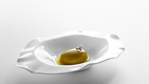 Oliva con jugo de olivas y piparras de Bodega1900