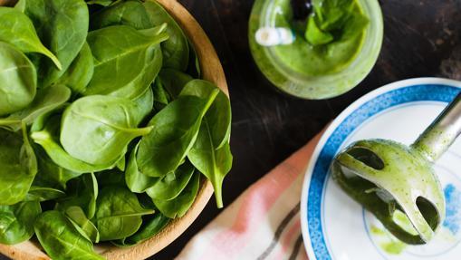 Las espinacas, el kale o el pepino, imprescindibles en los zumos verdes