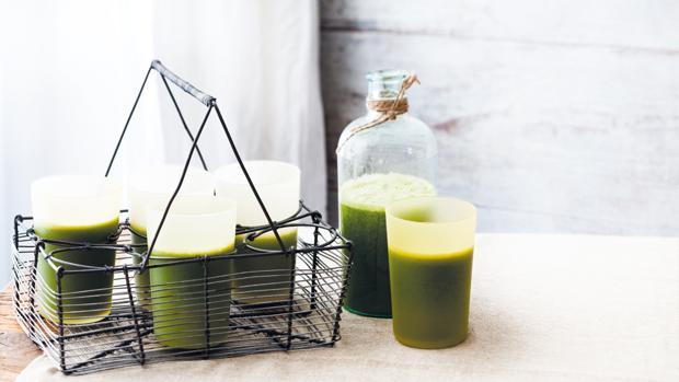 Zumo de piña y manzana con espinacas, una de las recetas del libro 'Zumos verdes' de Nicola Graimes