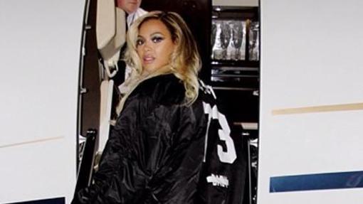 La cantante subiendo a su avión privado