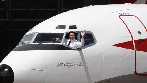 El actor posa en su avión privado en 2010