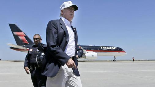 Donald Trump captado frente a uno de sus aviones