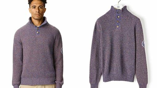 Jersey jaspeado con cuello alto abotonado (550 euros).