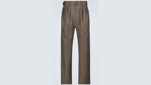 Pantalones plisados con cinturón, de Lemaire (550 euros)