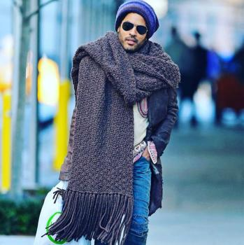 The singer was the protagonist of hundreds of memes for his scarf