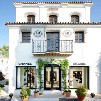 Fachada de la boutique efímera de Chanel en Marbella