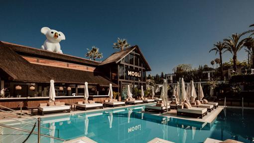 El nuevo pool club y restaurante Mogli, en Nueva Andalucía.