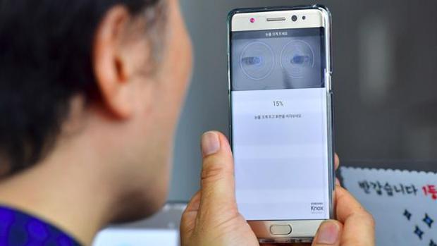 Una persona utiliza un teléfono móvil Note 7