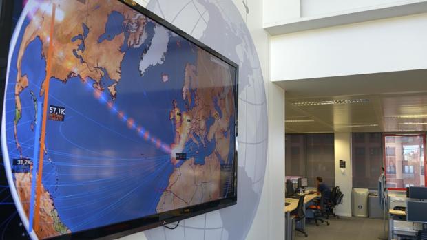 Uno de los paneles que se encuentran en las oficinas de este «búnker» de la seguridad informática