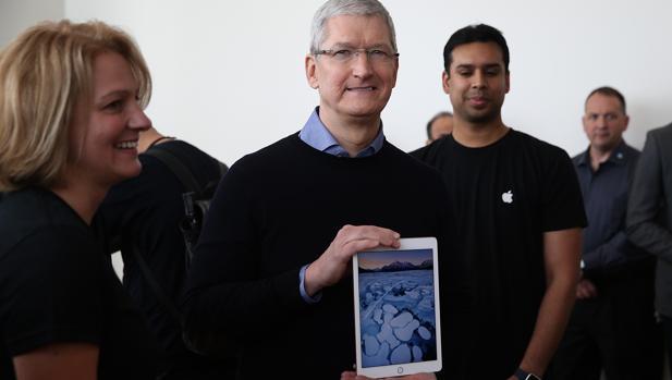 Tim Cook posa con un iPad Pro en 2017