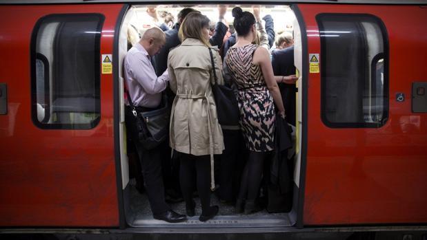 Vagón en el metro de Londres en hora punta