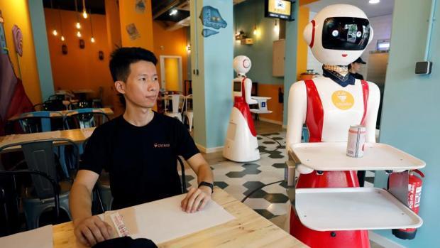 Interior del restaurante Crensa, en donde se puede ver a los dos robots con los que cuenta el establecimiento