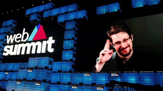 Edward Snowden: «Google y Facebook almacenan datos de forma abusiva»