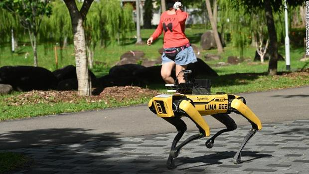 Black Mirror en la vida real: Singapur despliega un perro-robot para mantener la distancia social