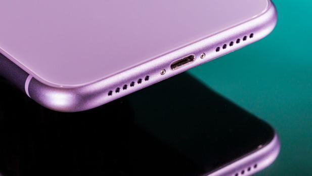 Los planes más controvertidos de Apple y Samsung: estudian vender móviles sin cargador
