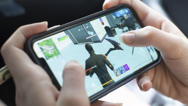 Una persona juega a «Fortnite» desde un iPhone