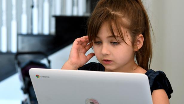 Una joven en Las Vegas (Estados Unidos) sigue las clases online