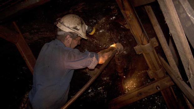 Actividad minera en el interior de Pozo Sotón, Asturias