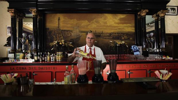Un barman prepara un daiquiri en Floridita